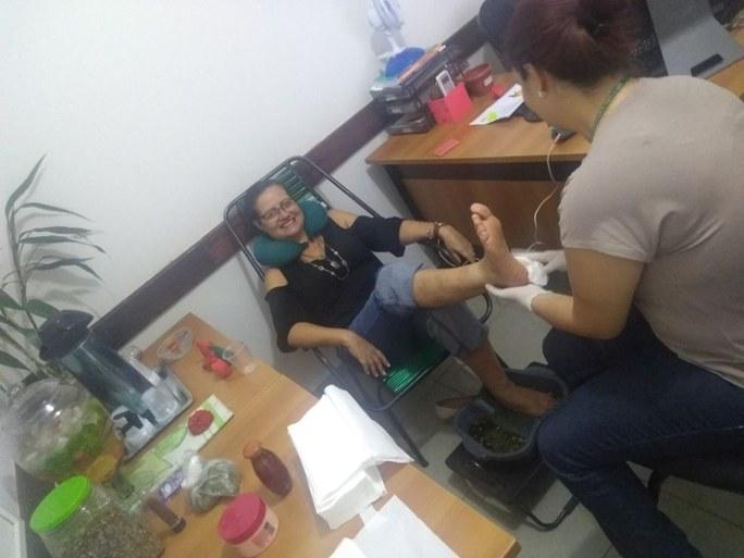 Servidora recebendo massagem nos pés