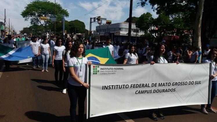 Estudantes do IFMS Dourados desfilando