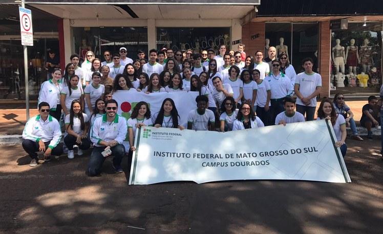 Foto com os estudantes e servidores