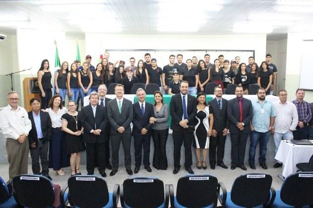 Foto oficial dos primeiros estudantes do curso superior de Agronomia do Campus Naviraí.
