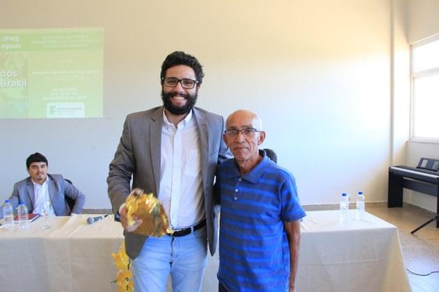 O palestrante Maurício Jr. recebeu das mãos do nosso estudante Cláudio Firmiano uma lembrança como agradecimento pelas contribuições.