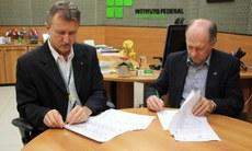 Acordo foi assinado pelo reitor Luiz Simão Staszczak e pelo presidente do Crea-MS, Dirson Artur Freitag