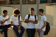 Estudantes de Campo Grande se reencontram no pátio do campus